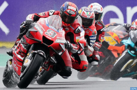 epaselect epa08735817 Italian MotoGP rider Danilo Petrucci (L) of Ducati Team leads the pack during the motorcycling Grand Prix of France in Le Mans, France, 11 October 2020.  EPA-EFE/EDDY LEMAISTRE