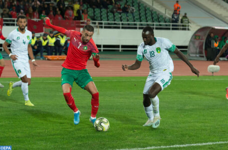epa08000711 Morocco .Hakim Ziyech  (L) in action against Mauritania Player  El Hacen EL ID(R) during the Africa Cup of Nations (AFCON 2021) qualification soccer match Morocco vs Mauritania at Complexe sportif Moulay Abdallah in Rabat, Morocco, 15 November 2019.  EPA-EFE/Jalal Morchidi