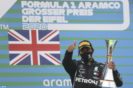 epa08735804 Winner British Formula One driver Lewis Hamilton of Mercedes-AMG Petronas celebrates on the podium after the 2020 Formula One Eifel Grand Prix at the Nuerburgring race track in Nuerburg, Germany, 11 October 2020.  EPA-EFE/Wolfgang Rattay / Pool